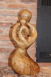 """Holz Skulptur """"Mutter und Kind"""" von vorne links"""