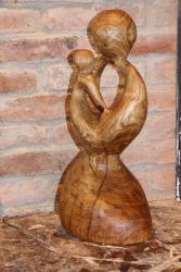 """Holz Skulptur """"Mutter und Kind"""" von vorne rechts"""